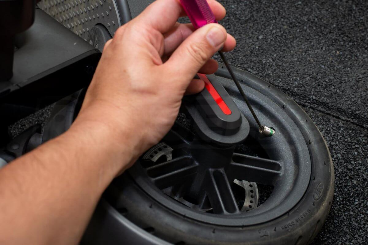 Mi Electric Scooter M365 Tyre Tire change guide tutorial puncture repair rear wheel 02 deflate