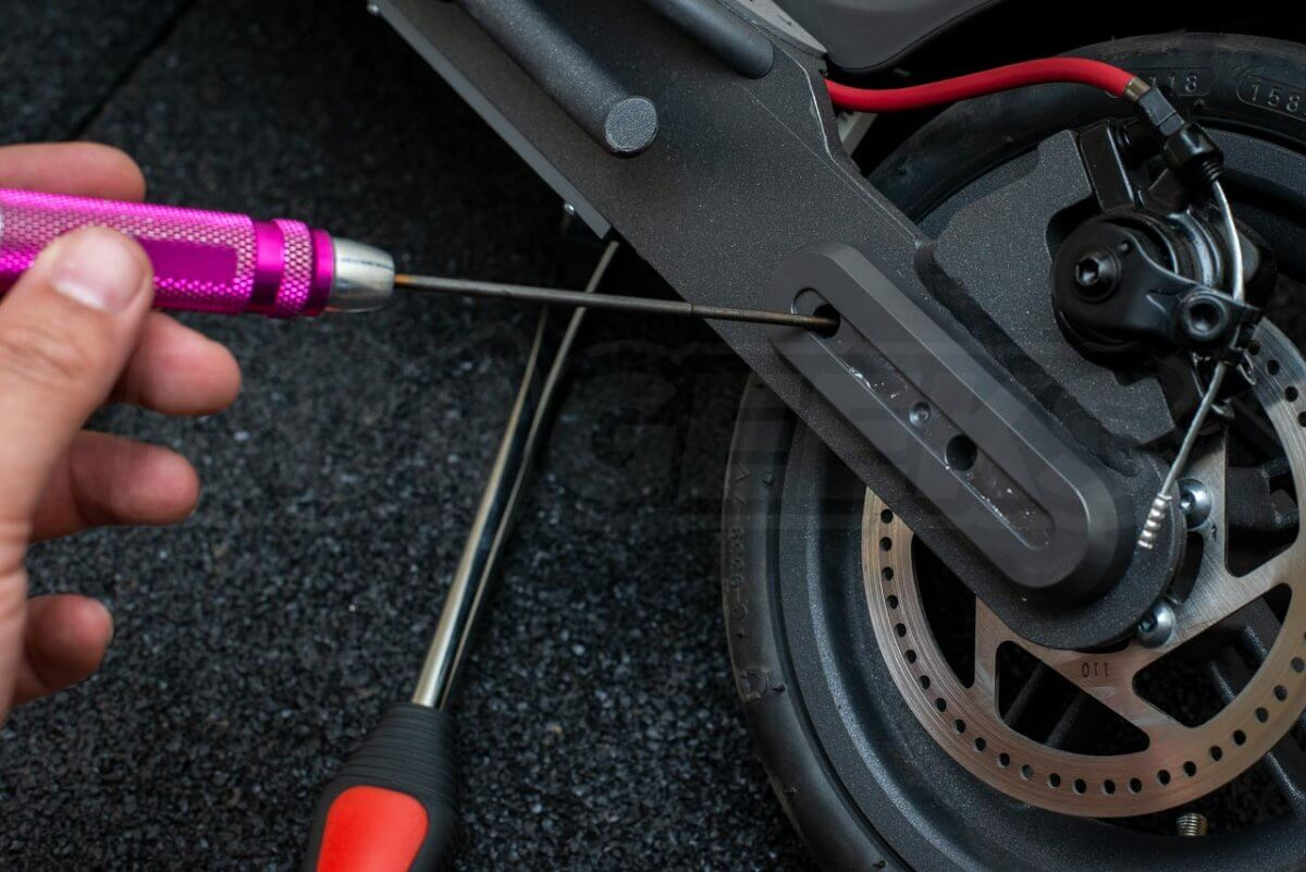 Mi Electric Scooter M365 Tyre Tire change guide tutorial puncture repair rear wheel 11 remove cap bolts
