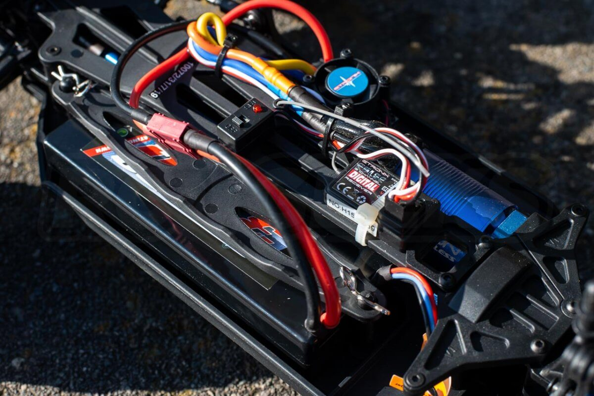 FTX Carnage Brushed versus Brushless comparison review brushless battery