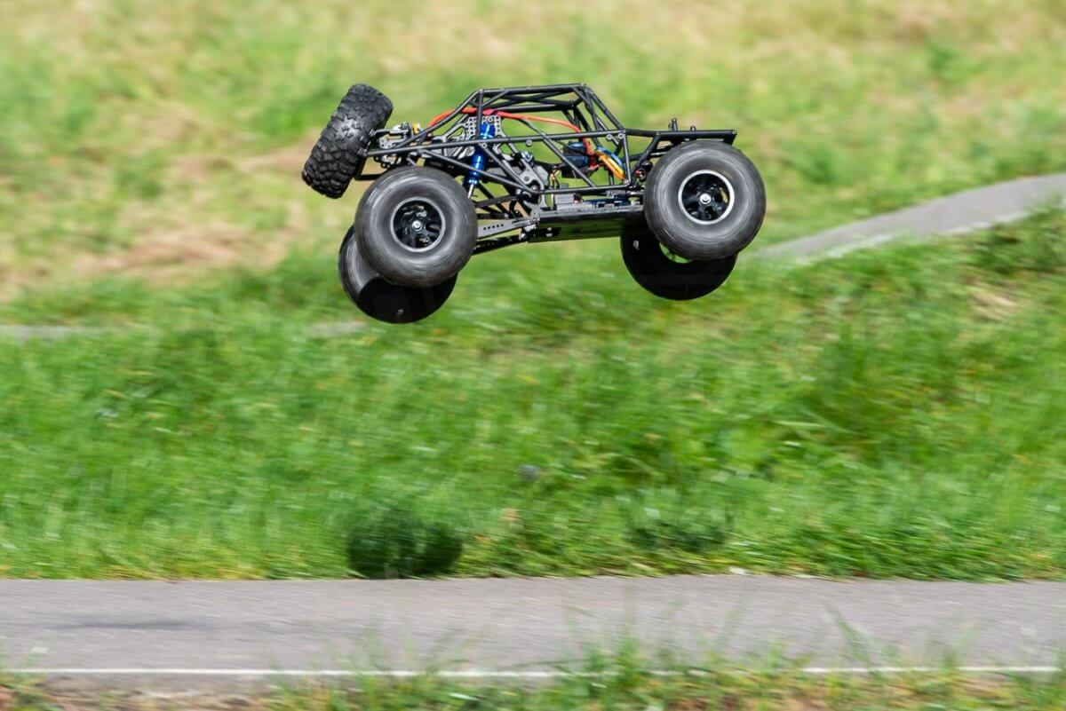 FTX Outlaw Ultra-4 Brushless Buggy Review naked jump higher
