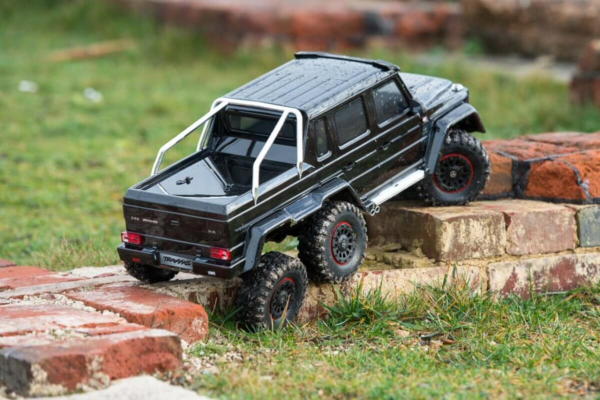 Traxxas TRX-6 Mercedes Benz G63 AMG Review brickwork articulation suspension